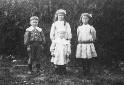 Robertson family group, Kurow, 1910