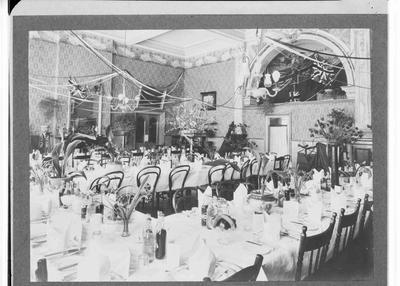 Queen's Hotel interior