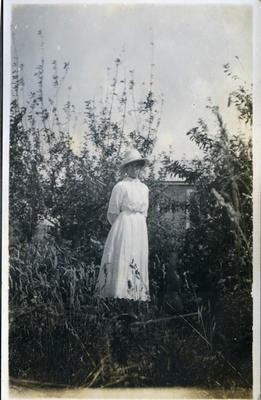 Woman in a garden; 2018/058.006