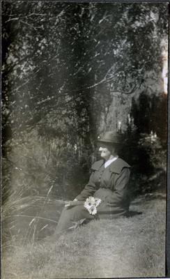 Woman in a garden; 2018/058.136