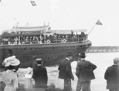 Ship [Te Anau?] leaving Holmes Wharf