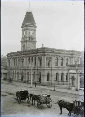 Hansom cabs at the Oamaru Post Office, Thames Street