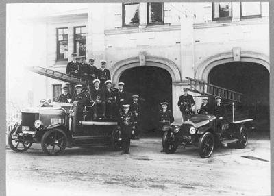 Fire engines outside Oamaru Fire Station, Itchen Street, 1928.