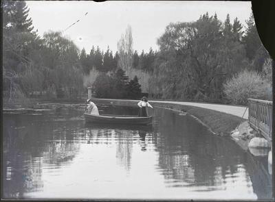 Elderslie Estate. Women at the lake