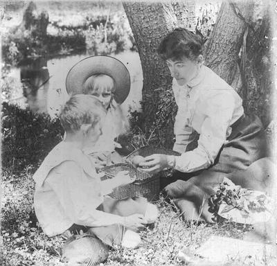 Nellie Holmes (nee Reid) with children.