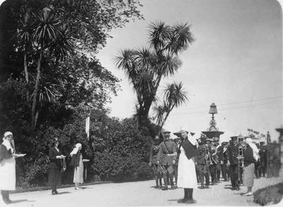 Nurses and soldiers in Oamaru Gardens