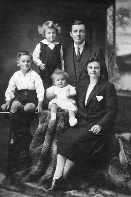 Jane Elizabeth Brightwell (nee Preen), with Jim Brightwell and three of their five children