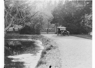 Elderslie Estate gates, driveway & car