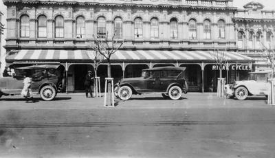 Vintage motorcars on Thames St.