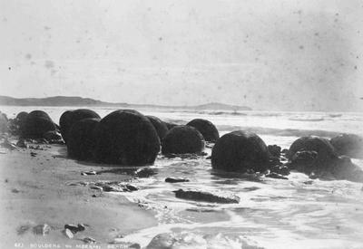 Moeraki Boulders, looking north