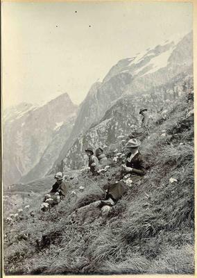 Men and women on a hillside; 2014/45.01.077