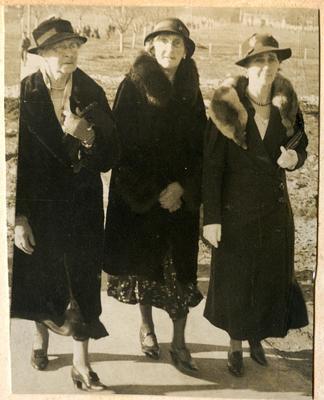 Three unidentified women; 2014/45.01.246