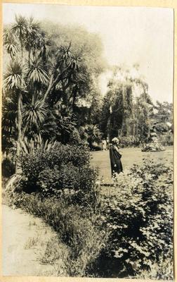 Women in Oamaru Public Gardens; 2014/45.01.247