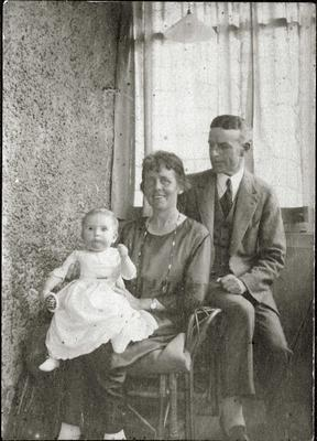 Alfred and Isabella Edwards with baby; 2014/43.1.128
