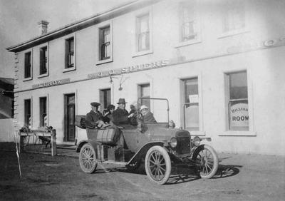 Touring car and passengers outside J.J. Spiers Hotel, Kurow