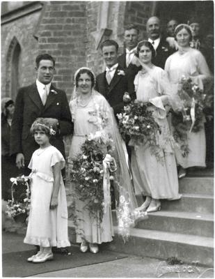 Wedding photo, unidentified. Rosalie Leslie - flower girl.; Havelock Williams; 2014/43.2.122