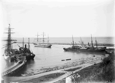 Unidentified steam ship and sailing ship at Sumpter and Normanby Wharves