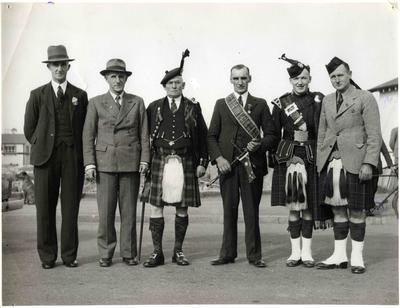 Mayor Kirkness with pipe band members