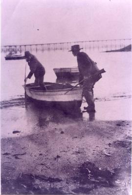 Men with a boat at Moeraki.