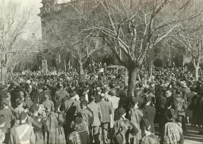 Crowd at V.J. Day Celebrations in Thames St. – Children's procession.