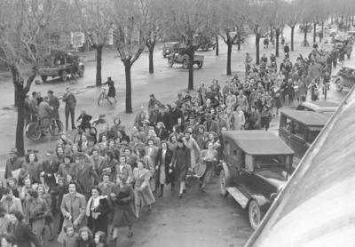 V.J. Day  Impromptu procession in Thames Street.