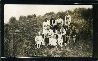 "Agnes and Thomas McLennan and family, ""Armidale"", 1919."